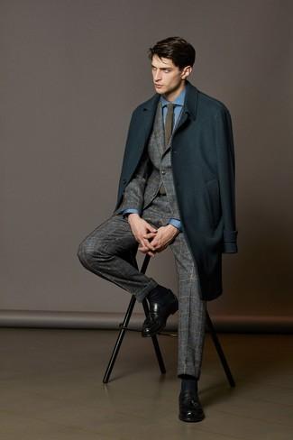Combinar una corbata de punto gris: Ponte un abrigo largo en verde azulado y una corbata de punto gris para un perfil clásico y refinado. Mocasín con borlas de cuero negro son una opción grandiosa para completar este atuendo.