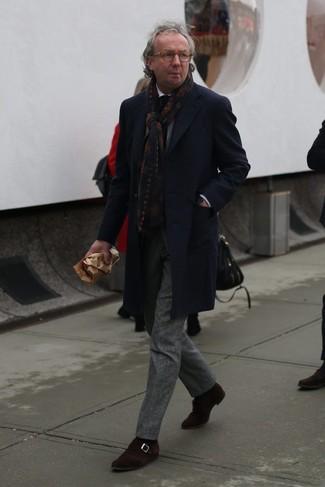 Cómo combinar: zapatos con hebilla de ante en marrón oscuro, camisa de vestir blanca, traje de lana de tartán gris, abrigo largo de tartán azul marino
