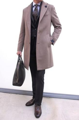 Combinar una corbata estampada en violeta en clima frío: Casa un abrigo largo en beige junto a una corbata estampada en violeta para un perfil clásico y refinado. Complementa tu atuendo con zapatos oxford de cuero en marrón oscuro.