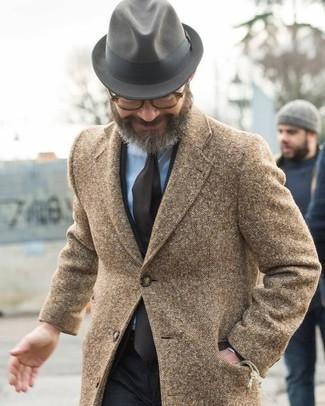 Cómo combinar: sombrero de lana gris, camisa de vestir celeste, traje negro, abrigo largo marrón