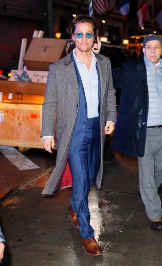 Cómo combinar: zapatos derby de cuero marrónes, camisa de vestir de rayas verticales celeste, traje azul, abrigo largo de espiguilla gris