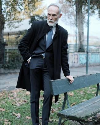 Cómo combinar: corbata estampada azul, camisa de vestir blanca, traje negro, abrigo largo negro