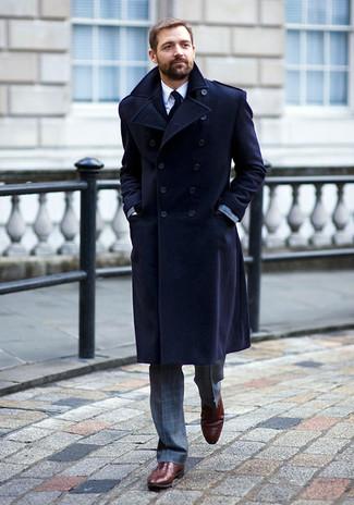Cómo combinar: zapatos oxford de cuero burdeos, camisa de vestir blanca, traje a cuadros gris, abrigo largo azul marino