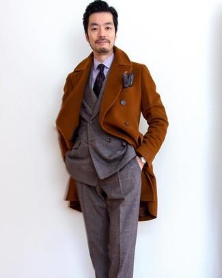 Cómo combinar: corbata estampada morado oscuro, camisa de vestir de rayas verticales violeta claro, traje de lana de tartán marrón, abrigo largo en tabaco