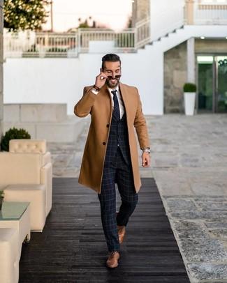 Cómo combinar: zapatos oxford de cuero marrónes, camisa de vestir blanca, traje a cuadros azul marino, abrigo largo marrón claro
