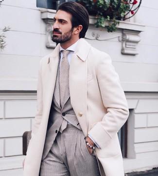Cómo combinar: corbata en beige, camisa de vestir blanca, traje de cuadro vichy en beige, abrigo largo en beige