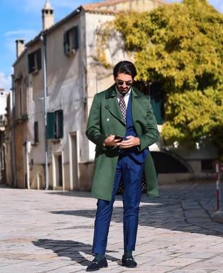Cómo combinar: mocasín de ante azul marino, camisa de vestir blanca, traje azul, abrigo largo verde oscuro