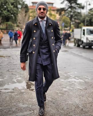 Cómo combinar: mocasín con borlas de cuero negro, camisa de vestir blanca, traje de rayas verticales azul marino, abrigo largo negro