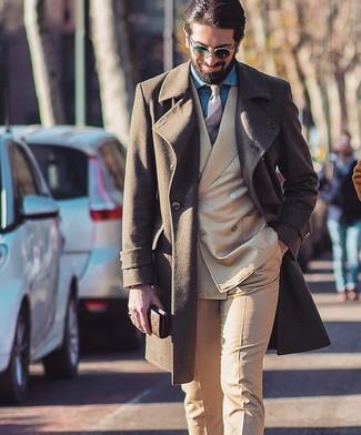 Cómo combinar: corbata de rayas horizontales en beige, camisa de vestir de cambray azul, traje marrón claro, abrigo largo marrón