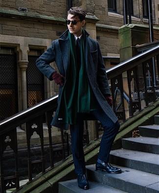 Cómo combinar: zapatos brogue de cuero azul marino, camisa de vestir blanca, traje de rayas verticales azul marino, abrigo largo azul marino