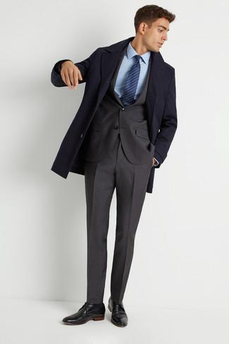 Cómo combinar: zapatos derby de cuero negros, camisa de vestir celeste, traje en gris oscuro, abrigo largo azul marino