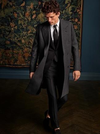 Cómo combinar: mocasín de ante negro, camisa de vestir blanca, traje negro, abrigo largo en gris oscuro