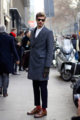 Outfits hombres: Elige un abrigo largo azul marino y un traje azul marino para un perfil clásico y refinado. ¿Quieres elegir un zapato informal? Opta por un par de zapatos brogue de cuero marrónes para el día.