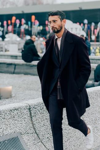 Outfits hombres: Empareja un abrigo largo burdeos junto a un traje azul marino para un perfil clásico y refinado. Tenis de cuero blancos resaltaran una combinación tan clásico.