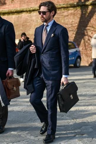 Combinar unos zapatos oxford de cuero: Emparejar un abrigo largo negro junto a un traje de rayas verticales azul marino es una opción buena para una apariencia clásica y refinada. Completa el look con zapatos oxford de cuero.