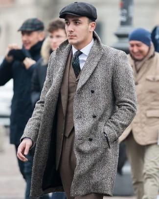 Combinar un abrigo largo de espiguilla gris: Empareja un abrigo largo de espiguilla gris con un traje marrón para una apariencia clásica y elegante.