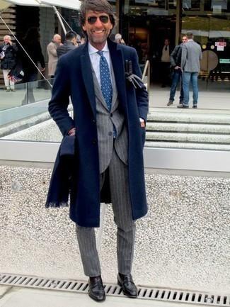 Combinar un mocasín de cuero negro: Empareja un abrigo largo azul marino con un traje de rayas verticales gris para una apariencia clásica y elegante. Mocasín de cuero negro son una opción inmejorable para complementar tu atuendo.