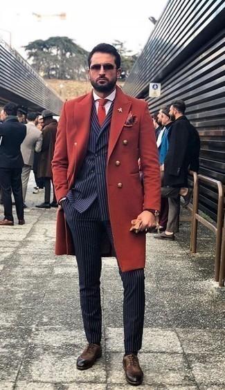 Combinar un pañuelo de bolsillo rojo en clima frío: Casa un abrigo largo rojo junto a un pañuelo de bolsillo rojo transmitirán una vibra libre y relajada. Elige un par de zapatos oxford de ante en marrón oscuro para mostrar tu inteligencia sartorial.