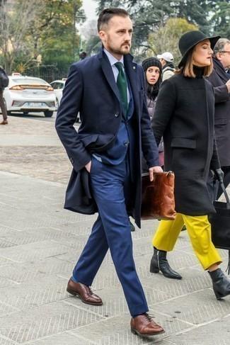 Combinar unos zapatos oxford de cuero marrónes: Casa un abrigo largo azul marino junto a un traje azul para una apariencia clásica y elegante. Zapatos oxford de cuero marrónes son una opción inmejorable para complementar tu atuendo.