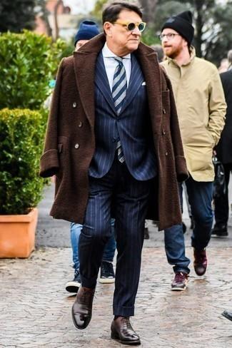 Combinar unos zapatos oxford de cuero en marrón oscuro: Opta por un abrigo largo en marrón oscuro y un traje de rayas verticales azul marino para una apariencia clásica y elegante. Un par de zapatos oxford de cuero en marrón oscuro se integra perfectamente con diversos looks.
