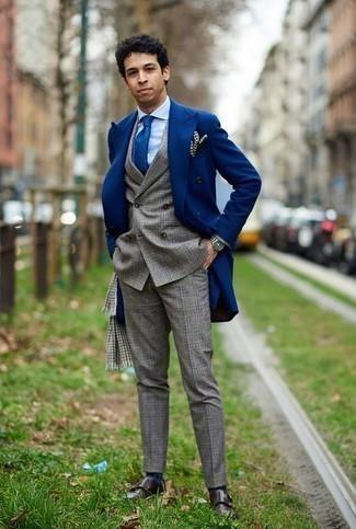 Combinar una bufanda de pata de gallo gris: Empareja un abrigo largo azul junto a una bufanda de pata de gallo gris para un look agradable de fin de semana. Zapatos con doble hebilla de cuero en marrón oscuro añaden la elegancia necesaria ya que, de otra forma, es un look simple.