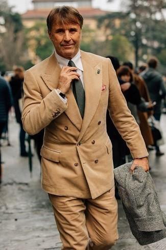 Combinar un abrigo largo de espiguilla gris: Emparejar un abrigo largo de espiguilla gris con un traje de pana marrón claro es una opción inigualable para una apariencia clásica y refinada.