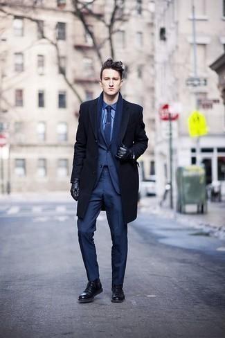 Combinar un abrigo largo azul marino: Ponte un abrigo largo azul marino y un traje azul marino para una apariencia clásica y elegante. ¿Te sientes valiente? Completa tu atuendo con botas casual de cuero negras.