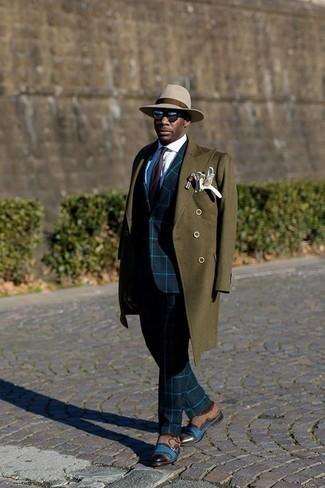 Outfits hombres en otoño 2020: Usa un abrigo largo verde oliva y un traje a cuadros azul marino para una apariencia clásica y elegante. Zapatos con doble hebilla de ante marrónes son una opción inmejorable para complementar tu atuendo. Este look es una elección perfecta si tu en busca de un look apropriado para tus días de otoño.