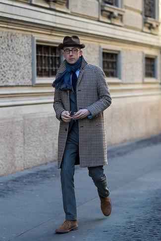 Combinar un sombrero de lana en marrón oscuro: Empareja un abrigo largo de pata de gallo gris junto a un sombrero de lana en marrón oscuro transmitirán una vibra libre y relajada. Completa tu atuendo con botas safari de ante marrónes para mostrar tu inteligencia sartorial.
