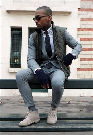 Cómo combinar: botas safari de ante en beige, camisa de vestir blanca, traje gris, chaleco de abrigo verde oscuro