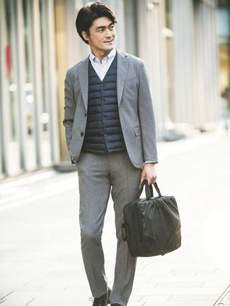 Cómo combinar: zapatos derby de cuero negros, camisa de vestir de rayas verticales celeste, traje de lana gris, chaleco de abrigo negro
