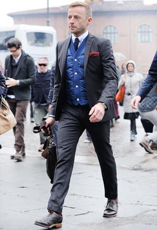 Combinar un traje en gris oscuro: Haz de un traje en gris oscuro y un chaleco de abrigo azul tu atuendo para un perfil clásico y refinado. Zapatos brogue de cuero en marrón oscuro son una opción inigualable para completar este atuendo.