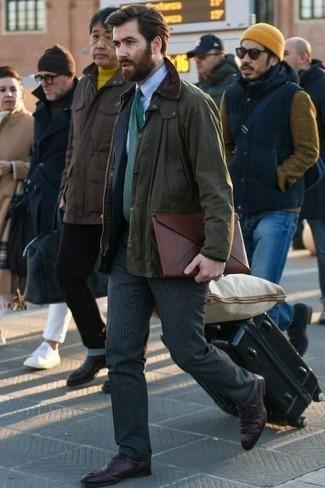 Moda para hombres de 30 años estilo elegante: Elige una chaqueta con cuello y botones verde oliva y un traje de rayas verticales en gris oscuro para después del trabajo. ¿Te sientes valiente? Elige un par de zapatos oxford de cuero burdeos.