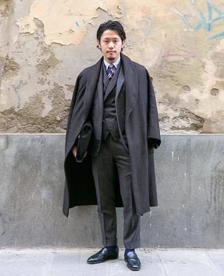 Cómo combinar: mocasín de cuero negro, camisa de vestir celeste, traje de tres piezas en gris oscuro, abrigo largo de espiguilla en gris oscuro