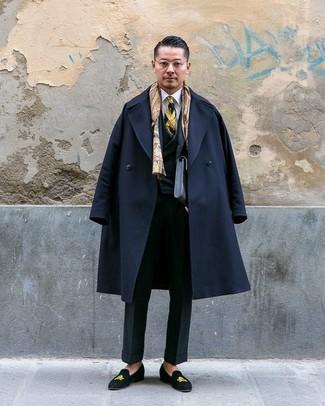 Cómo combinar: mocasín de ante bordado negro, camisa de vestir blanca, traje de tres piezas negro, abrigo largo negro