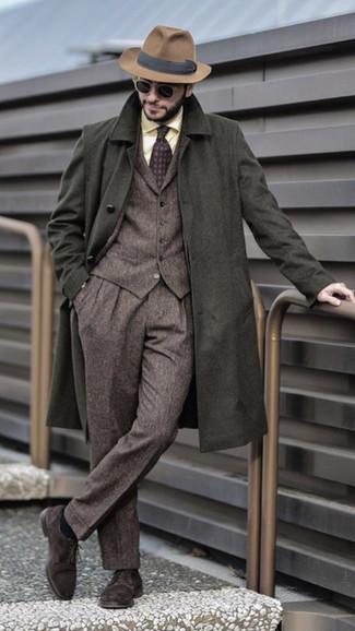 Cómo combinar: zapatos derby de ante en marrón oscuro, camisa de vestir amarilla, traje de tres piezas de lana marrón, abrigo largo verde oliva