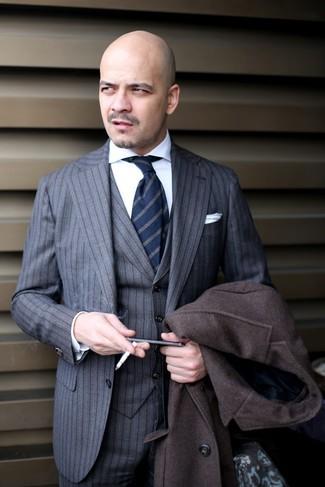 Cómo combinar: corbata de rayas verticales azul marino, camisa de vestir blanca, traje de tres piezas de rayas verticales gris, abrigo largo en marrón oscuro