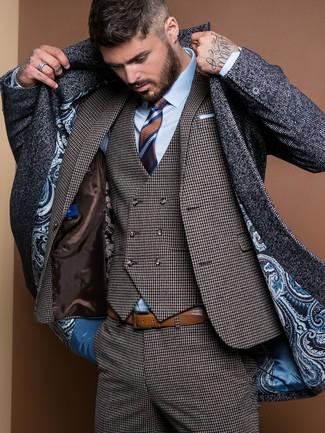 Cómo combinar: corbata de rayas horizontales marrón, camisa de vestir celeste, traje de tres piezas de pata de gallo en gris oscuro, abrigo largo de espiguilla en gris oscuro
