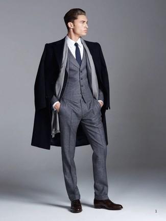 Cómo combinar: zapatos oxford de cuero en marrón oscuro, camisa de vestir blanca, traje de tres piezas de lana en gris oscuro, abrigo largo azul marino