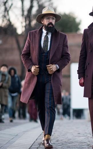 Combinar unos guantes de cuero marrón claro: Para un atuendo tan cómodo como tu sillón intenta combinar un abrigo largo burdeos con unos guantes de cuero marrón claro. ¿Por qué no ponerse zapatos oxford de cuero marrónes a la combinación para dar una sensación más clásica?