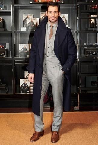 Combinar un reloj dorado: Usa un abrigo largo azul marino y un reloj dorado para un look agradable de fin de semana. ¿Te sientes valiente? Elige un par de zapatos con doble hebilla de cuero marrónes.