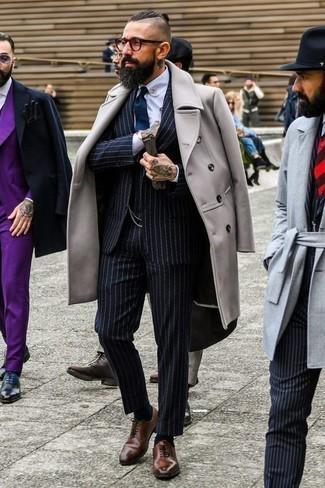 Combinar unos zapatos oxford de cuero marrónes: Emparejar un abrigo largo gris con un traje de tres piezas de rayas verticales azul marino es una opción excelente para una apariencia clásica y refinada. Zapatos oxford de cuero marrónes son una opción grandiosa para complementar tu atuendo.