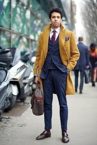 Combinar una corbata a lunares burdeos: Equípate un abrigo largo mostaza junto a una corbata a lunares burdeos para una apariencia clásica y elegante. Si no quieres vestir totalmente formal, complementa tu atuendo con zapatos con doble hebilla de cuero en marrón oscuro.