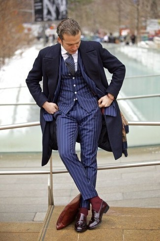 Combinar un mocasín de cuero burdeos: Emparejar un abrigo largo azul marino junto a un traje de tres piezas de rayas verticales azul marino es una opción estupenda para una apariencia clásica y refinada. Si no quieres vestir totalmente formal, completa tu atuendo con mocasín de cuero burdeos.