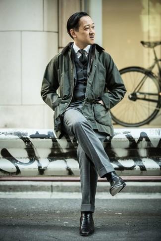 Outfits hombres: Considera ponerse una chaqueta con cuello y botones verde oscuro y un traje de tres piezas gris para una apariencia clásica y elegante. Botines chelsea de cuero negros son una opción inmejorable para completar este atuendo.