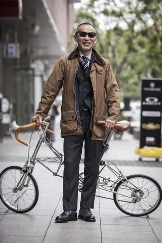 Combinar una chaqueta con cuello y botones marrón claro: Algo tan simple como optar por una chaqueta con cuello y botones marrón claro y un traje de tres piezas en gris oscuro puede distinguirte de la multitud. Completa el look con zapatos derby de cuero negros.