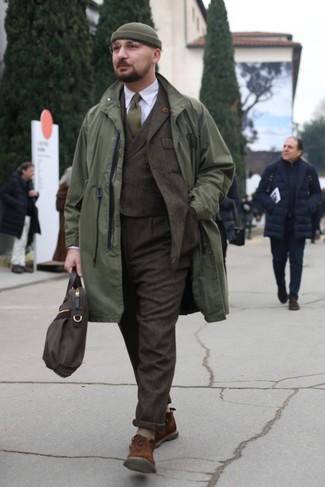 Cómo combinar: botas safari de ante marrónes, camisa de vestir blanca, traje de tres piezas de lana en marrón oscuro, chubasquero verde oliva