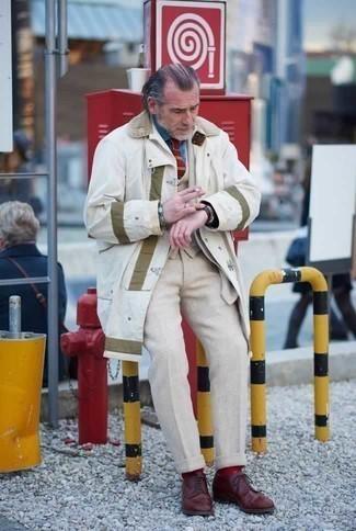 Combinar unos calcetines rojos: Para un atuendo tan cómodo como tu sillón empareja un chubasquero blanco con unos calcetines rojos. Completa tu atuendo con zapatos derby de cuero burdeos para mostrar tu inteligencia sartorial.