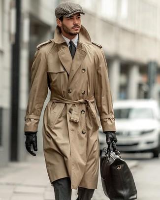 Cómo combinar: bolsa tote de cuero negra, camisa de vestir blanca, traje de lana en gris oscuro, gabardina marrón claro