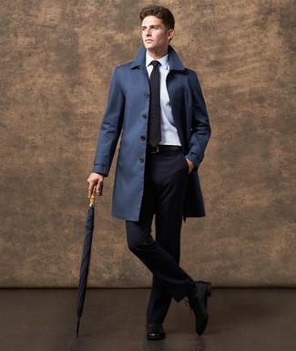 Cómo combinar: zapatos oxford de cuero negros, camisa de vestir blanca, traje azul marino, gabardina azul marino